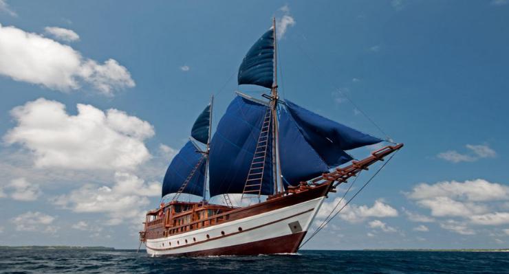 Model kapal dan perahu dengan layan Sirip Pinisi