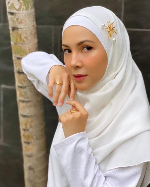 Ratna Galih artis cantik pakai Hijab pipih merah cantik