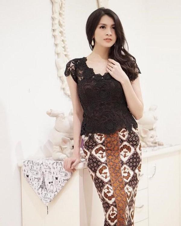 Donita Artis FTV seksi dengan Kebaya Brokat Hitam dan Sarung Batik