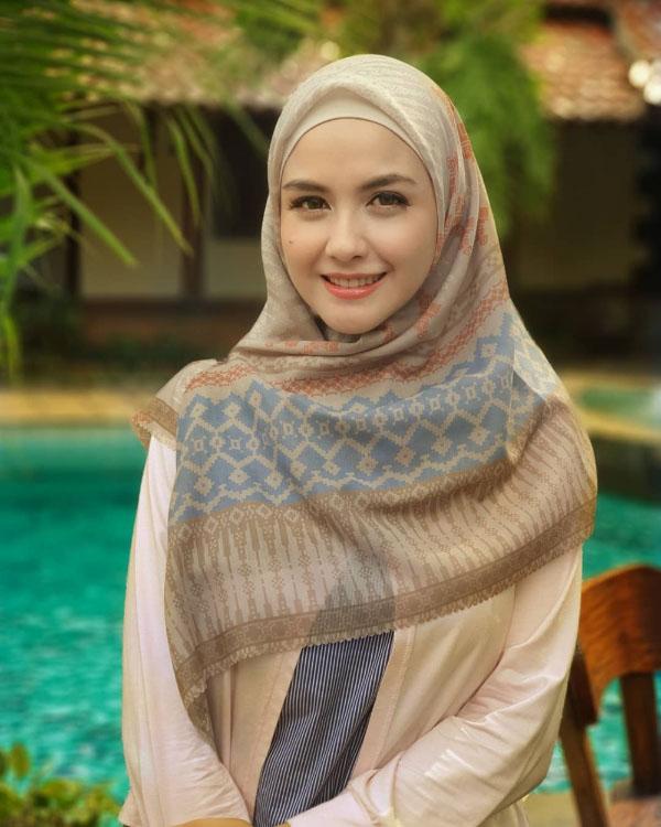 Revalina S Temat artis FTV cantik Pakai Hijab