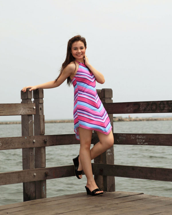Artis FTV Larasati Nugroho cantik kaki jenjang dan manis