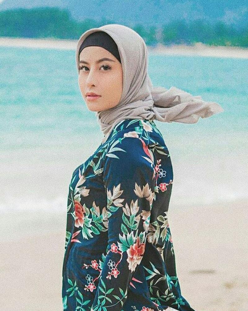 Awkarin cewek manis cantik pakai Hijab di pantai