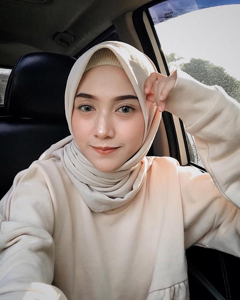CEwek manis dan seksi manis pamer jilbab di dalam mobil