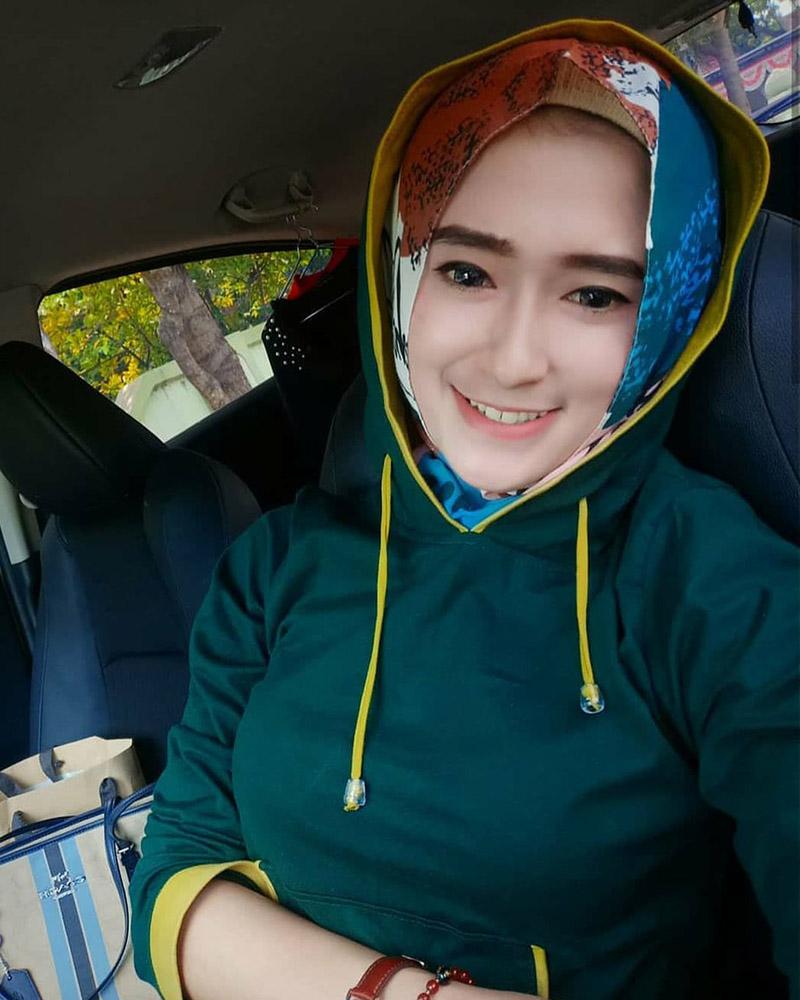 Jumper Sporty Cewek HIjab Selfie di dalam mobil