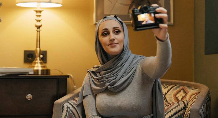 Cewek manis Pakai Baju Kaoks Ketat Hijab Selfie di dalam kamar