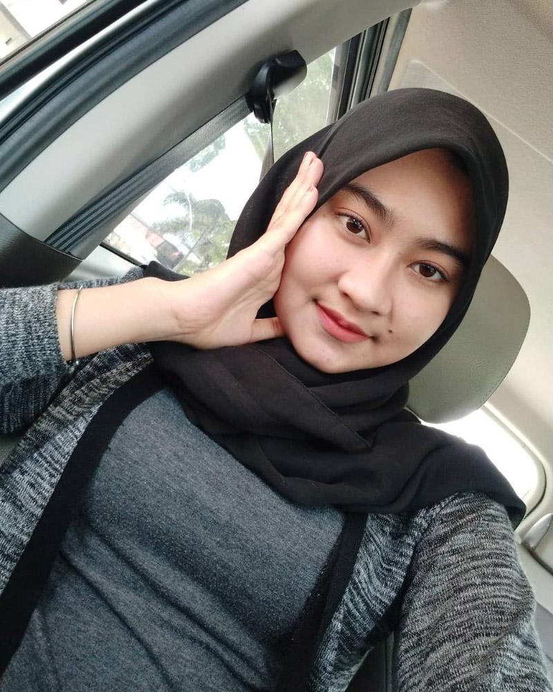 Ririn Putri Anjani Manis Pakai Baju Kaos Ketat Selfie di dalam Mobil