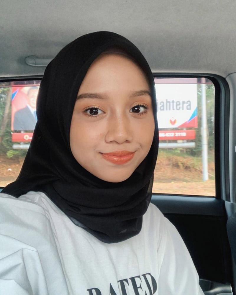 Cewek manis cantik Hijab Hitam Selfie di dalam mobil