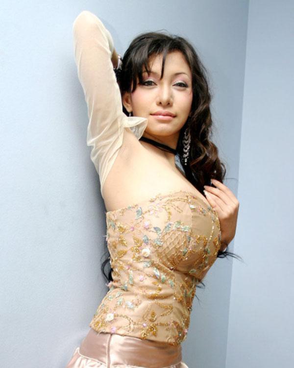 Model dan DJ seksi Toge Dewi Safira
