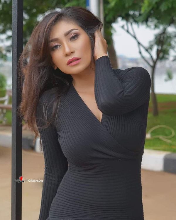Baby Margaretha model seksi pakai baju hitam