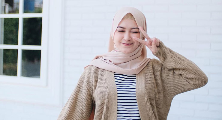 CEwek cantik dan manis Pakai Hijab cantik dan imut