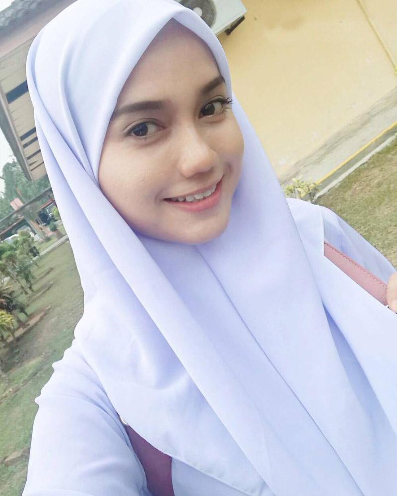 Siswi SMA manis selife pakai Hijab