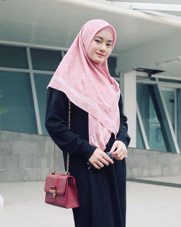 Artis FTV manis pakai Jilbab Pink dan Gamis HItam