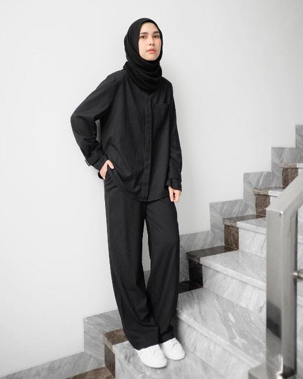Jilbab Hitam dan Kemeja Hitam manis dan Celana Panjang hitam