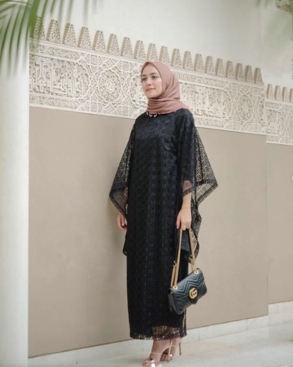 Jilbab Warna Nude dengan Gamis Hitam