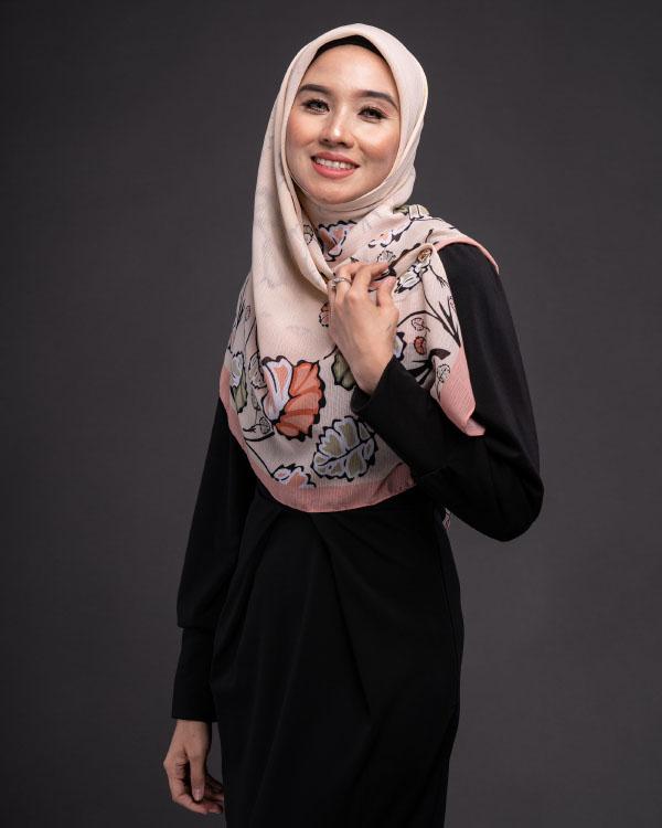 Baju warna hitam cocok dengan Jilbab Printing