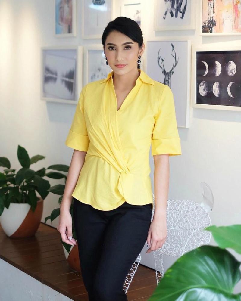 BAju Kuning Cantik dan mansi Tyas Mirasih