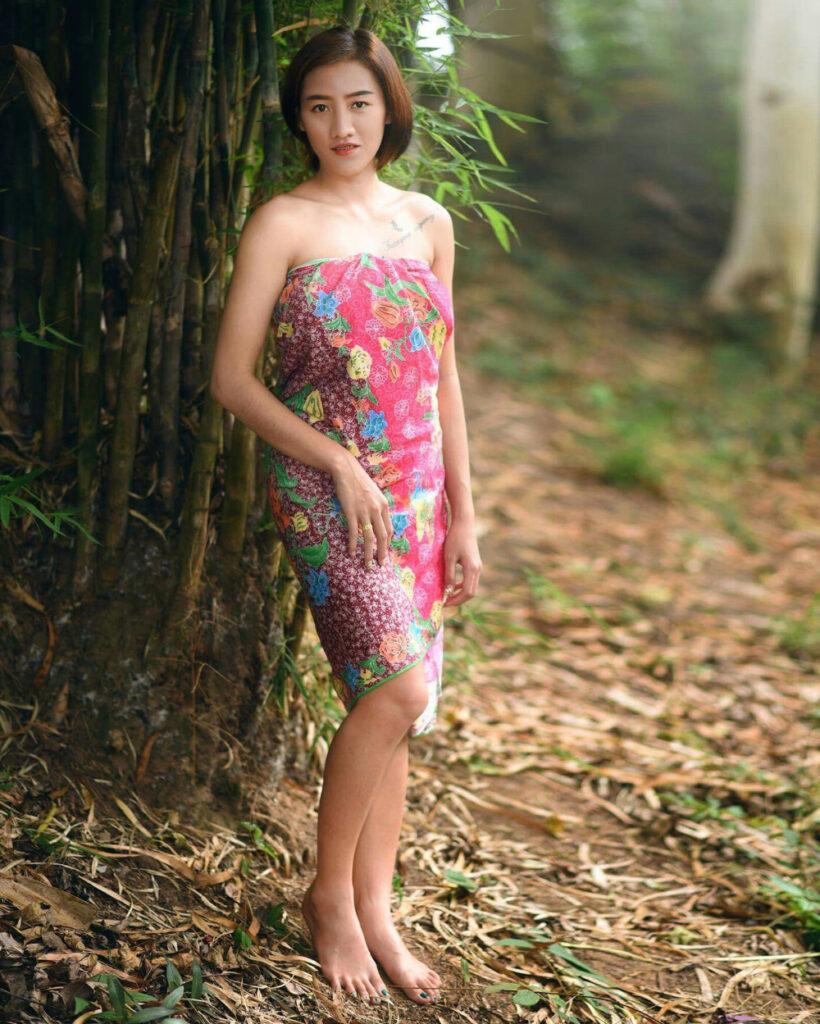 cewek manis pakai Sarung Merah dna seksi di pohon bambu