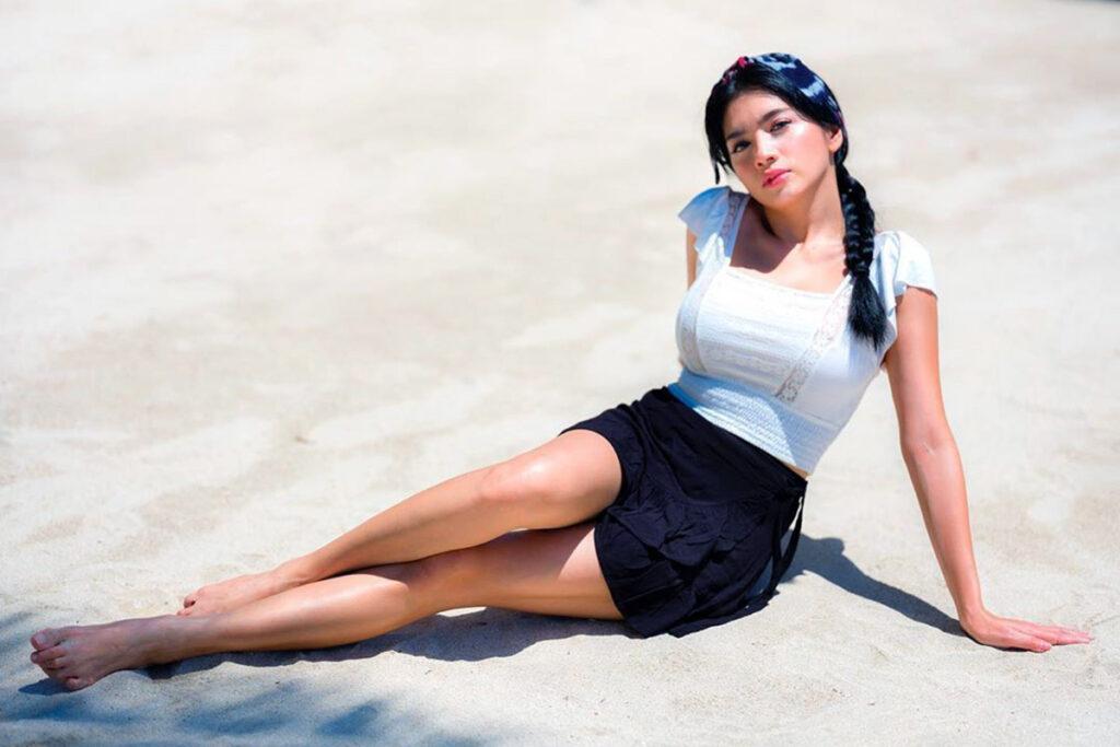 Janda seksi Angel Caramoy pamer paha mulus di pantai