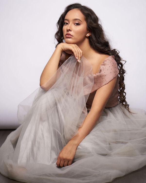 Faouzia Ouihya artis Cantik dan manis dari Canada Rambut kriting