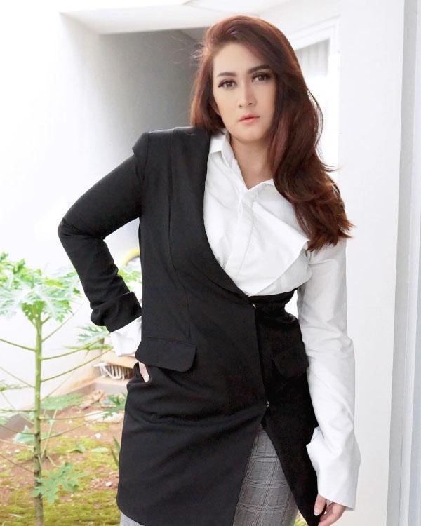 Asimetris Dress dan Outfit dari Nafa Urbach