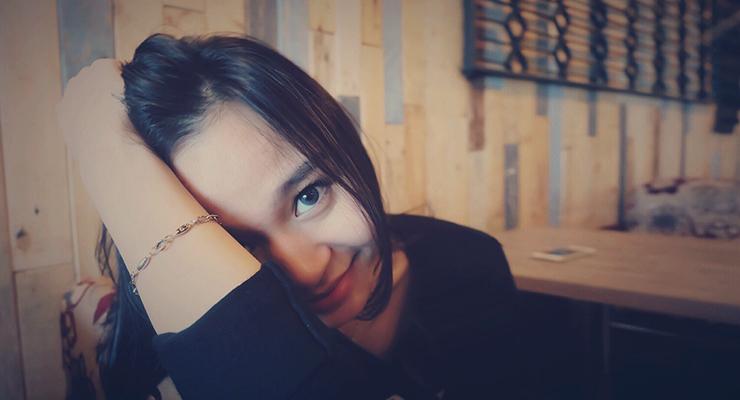 Cewek IGO manis cantik selfie di cafe