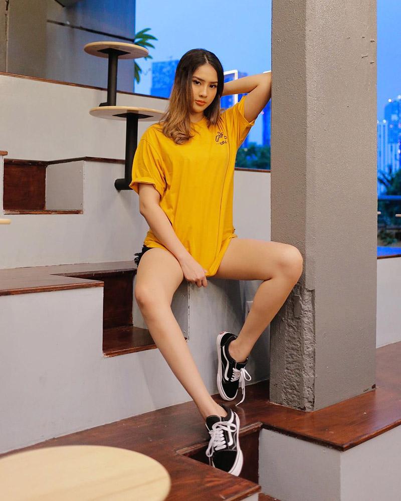 Anya GEraldine seksi apakai Baju Kaos Kuning Simple dengan hot pant