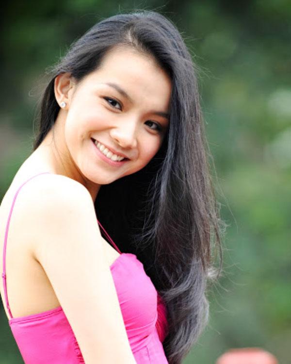 Artis cantik manis seksi Vietnam Rambut HItam Panjang Nguyen Thuy Lam