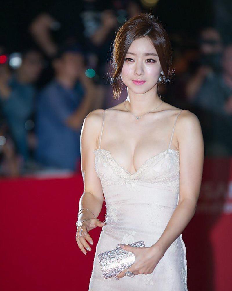 Belahan dada seksi dan manis Hong Soo Ah
