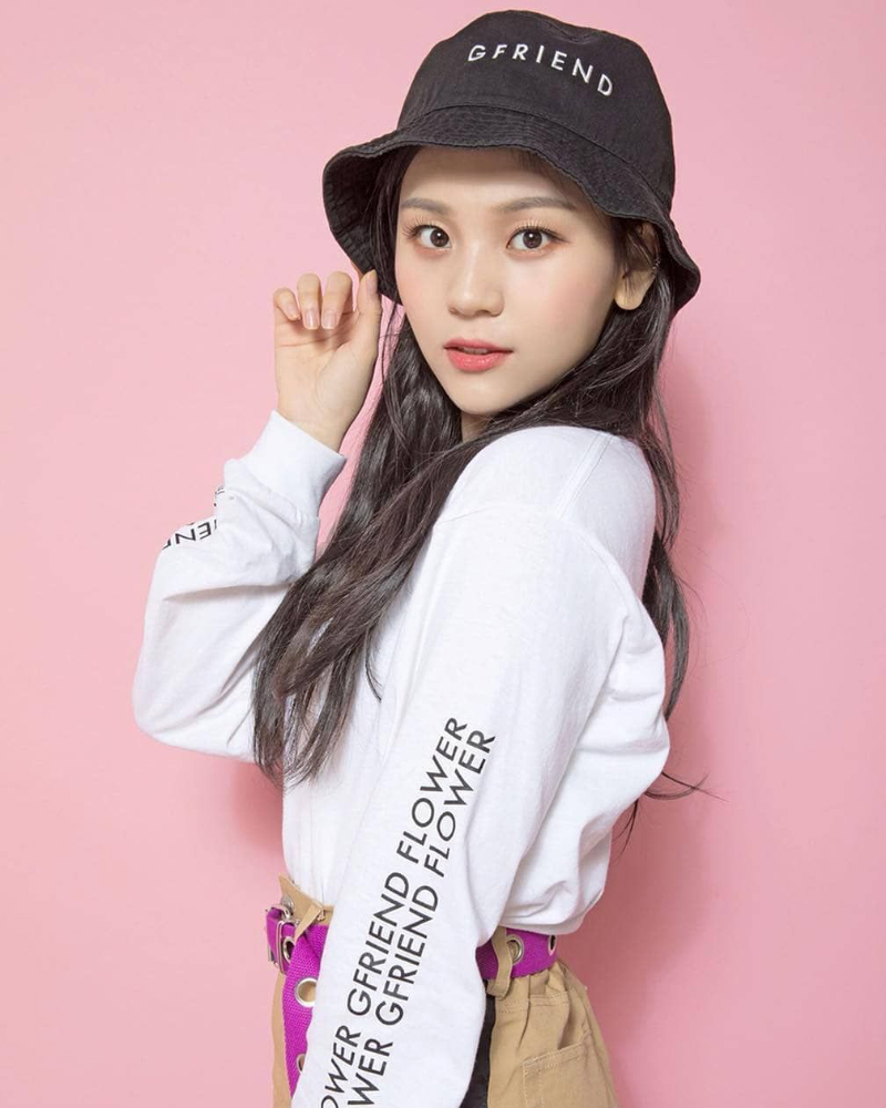 Yewon artis cantik pakai Topi Hitam