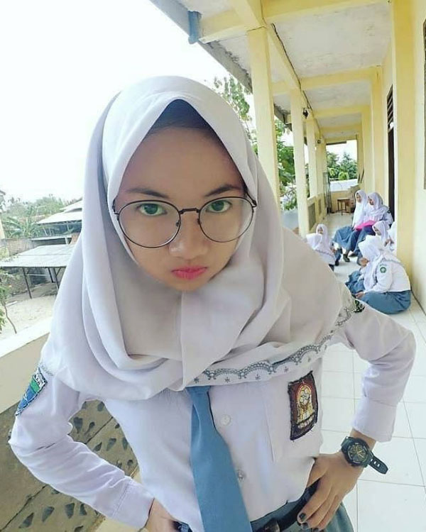 Siswi SMA hijab manis Cantik dan imut Kacamata