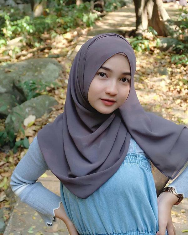 cewek manis pakai Hijab selfie di Hutan Sel