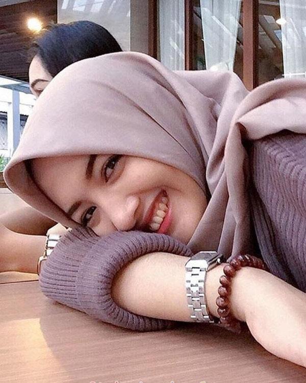 cewek hijab mans Selfie di Restoran