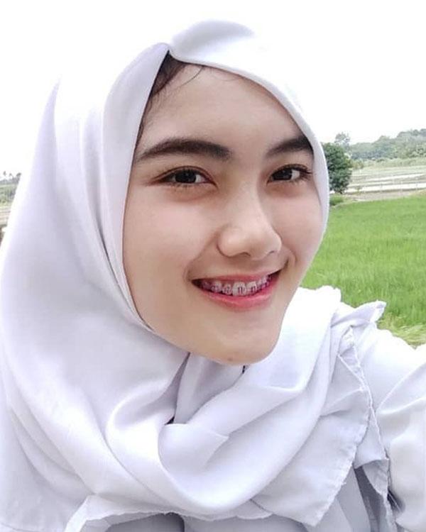 Cewek manis pakai Jilbab Pamer Poni cantik dan manis Kemeja Putih
