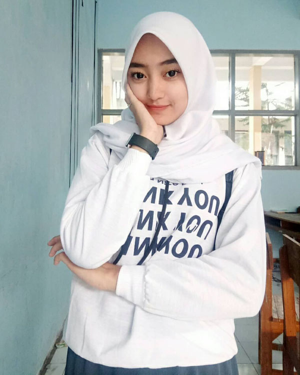 Cewek Manis Remaja ABG pakai Hijab Bibir Tipis