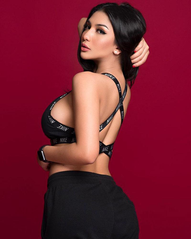 Backpose seksi Siva Aprilia model seksi MMA