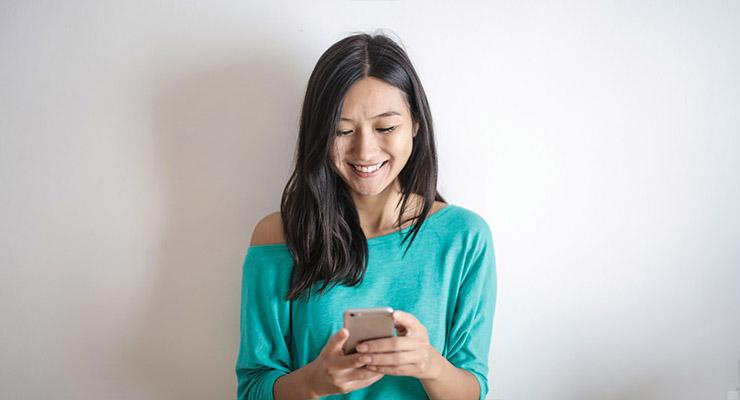 Cewe cantik dan manis Chating pegang Handphone