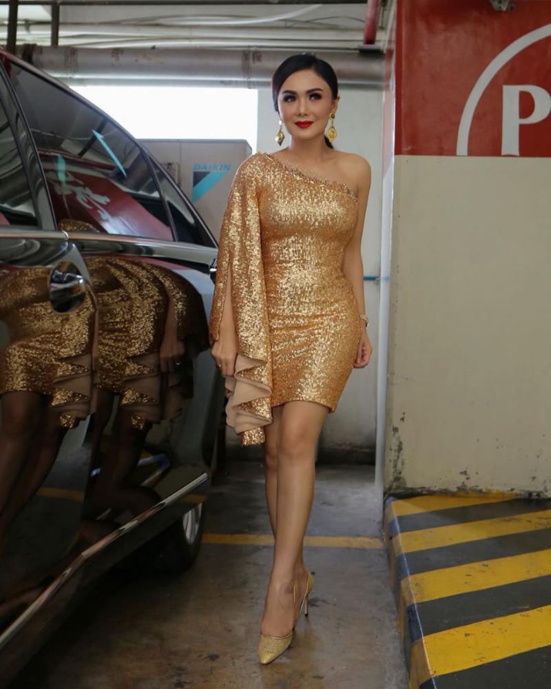 Yuni Shara artis cantik pakai Mini dress Gold