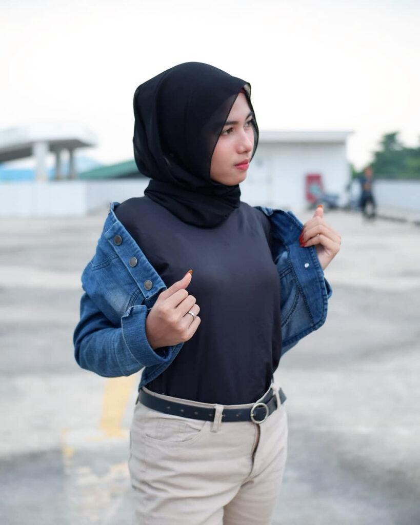 Foto Model cewek IGO HIjab pose buka jaket