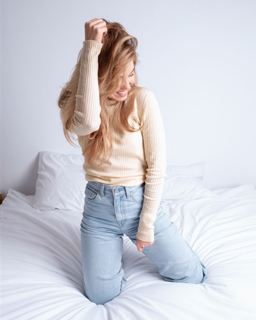 Cewek manis photoshoot di atas ranjang