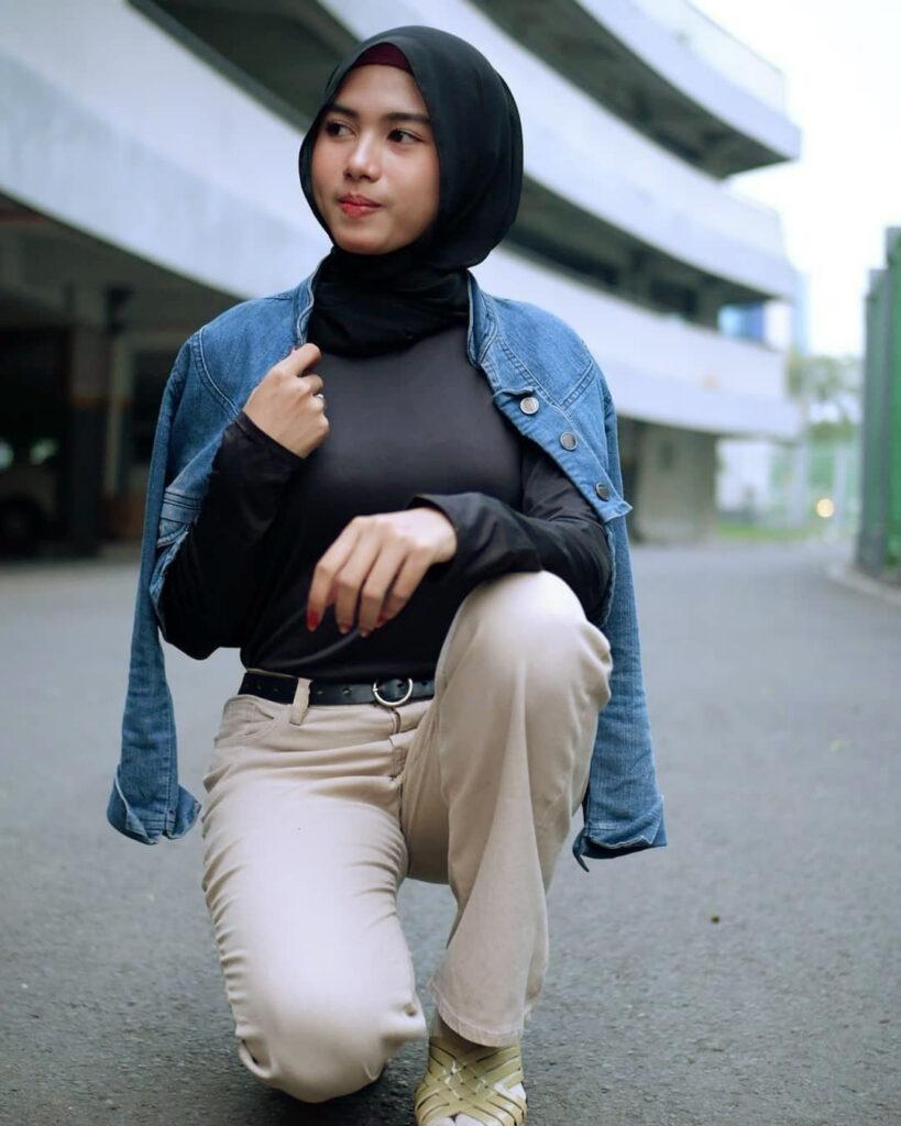 Foto Model cewek IGO HIjab pose jongkok