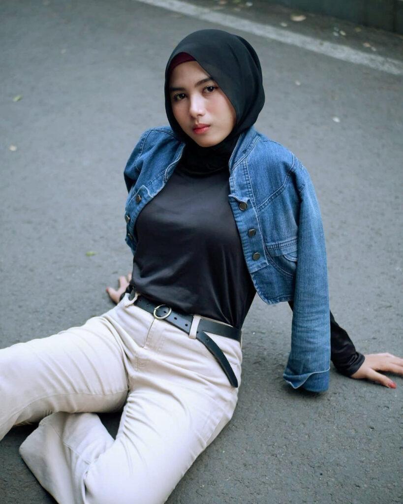 Foto Model cewek IGO HIjab duduk di aspal