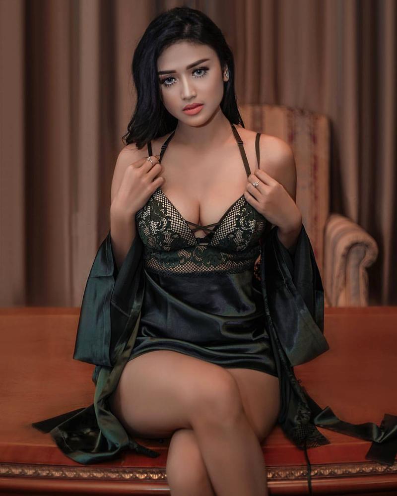 Belahan dada model toge Grace Iskandar