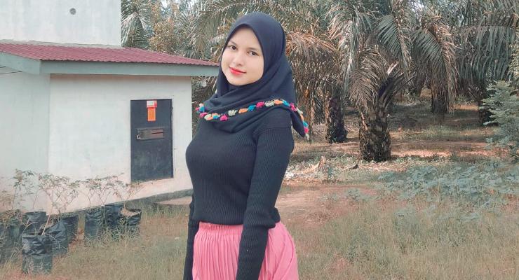 CEwek Hijab manis dan cantik selfie di depan Kebun Sawit