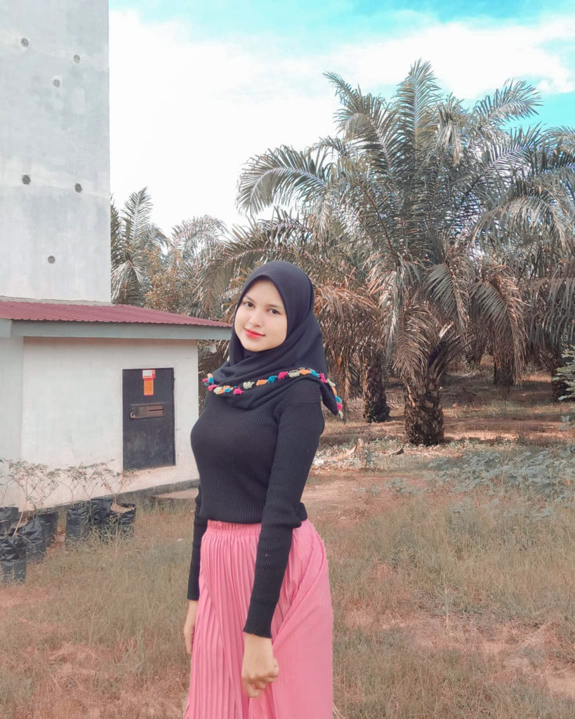 Cewek IGO Manis Selfie narsis di Kebun Kelapa Sawit