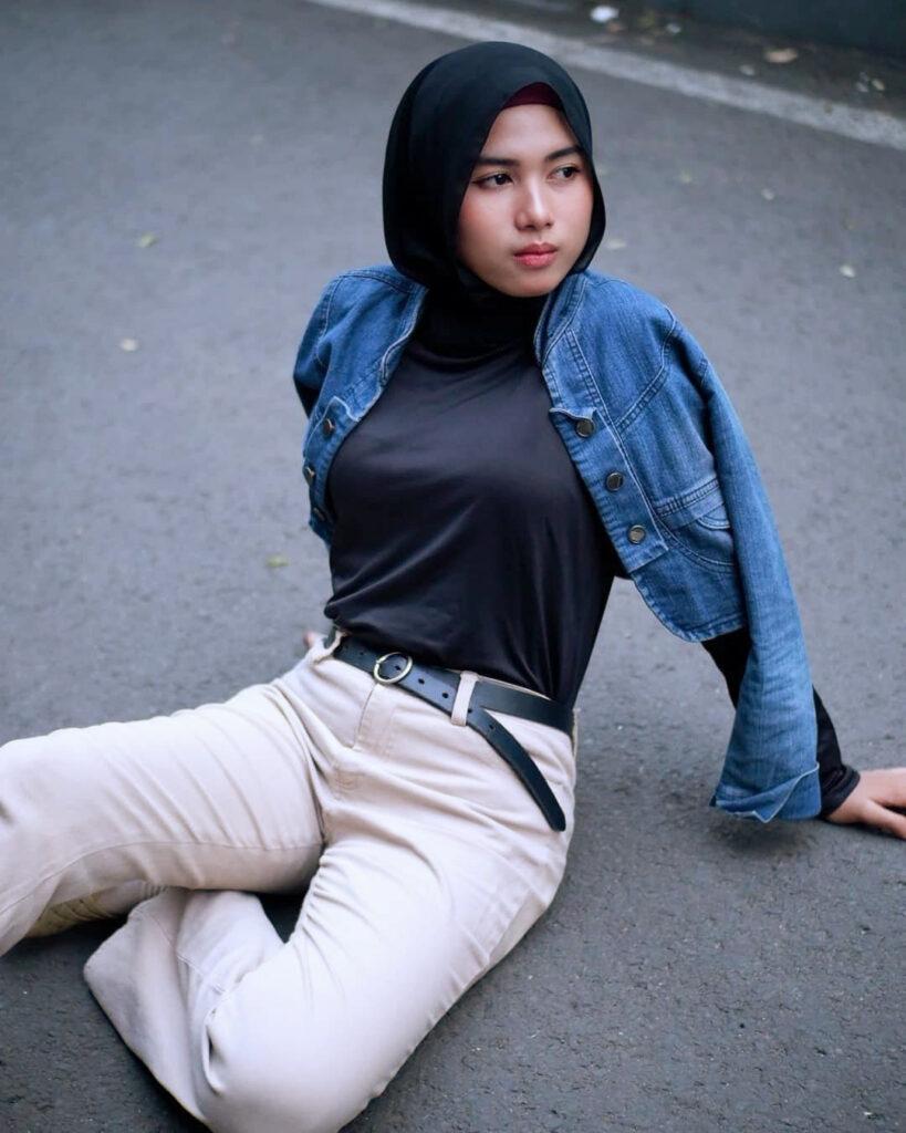 Pose manis Foto Model cewek IGO HIjab duduk di aspal