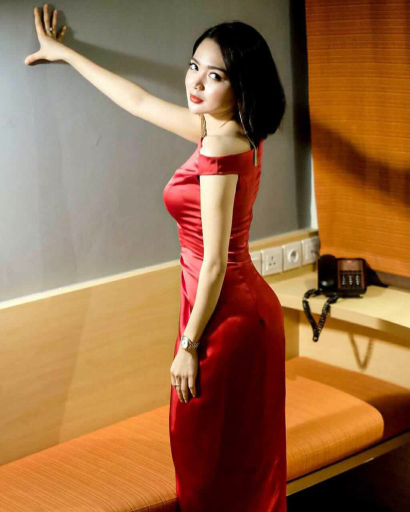 Back Pose seksi manis in red dress Wika Salim