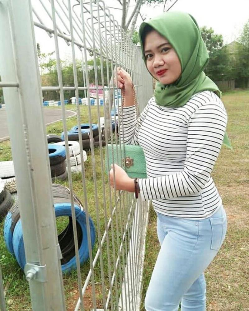 Cewek IGO manis Jilbab Ketat