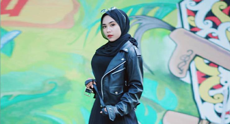 CEwek mansi tomboy Pakai Hijab dan Baju ketat warna hitam