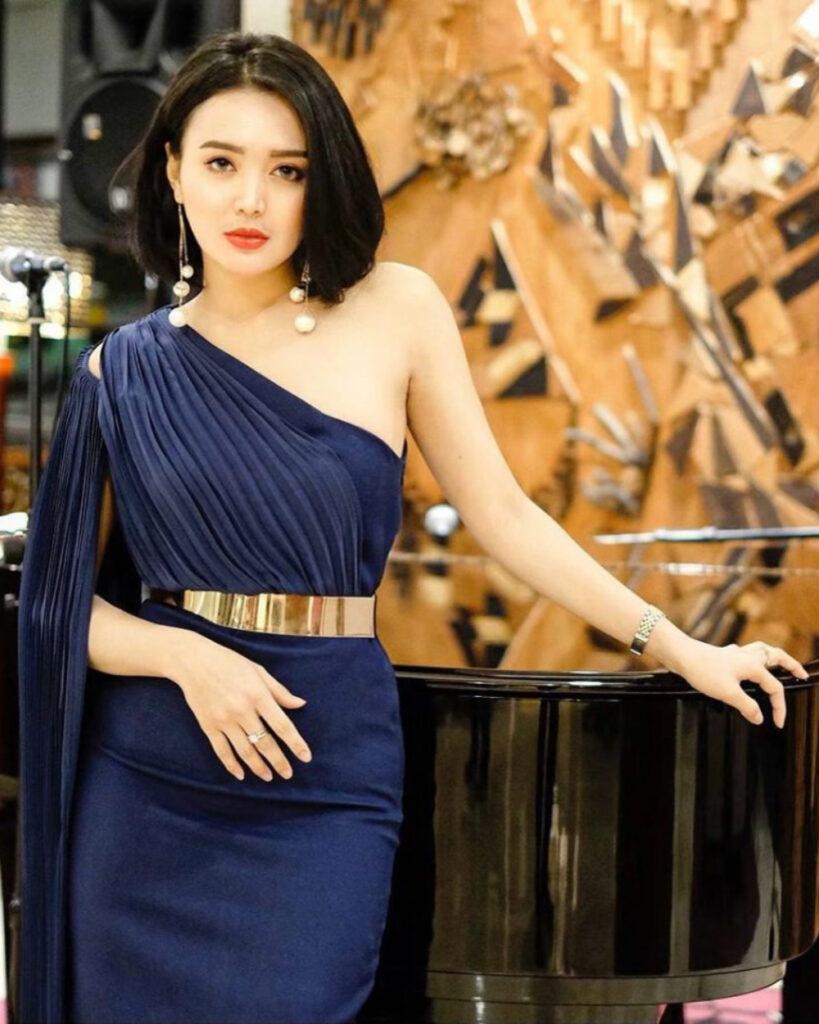 Model seksi WIka Salim pamer kulit mulus