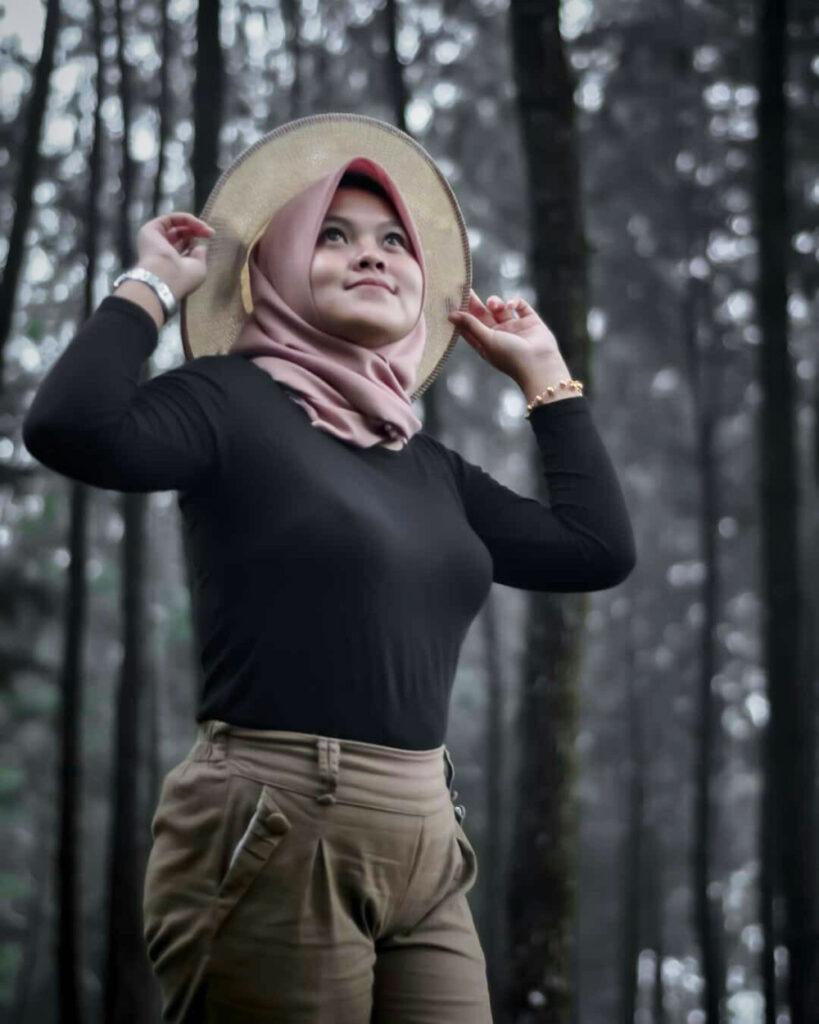 Senyum manis cewek model hijab di hutan pinus